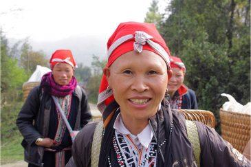 Женщины народности Красные Зяо для красоты бреют брови