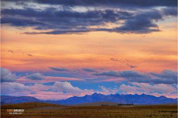 Закат на тибетском нагорье. Окрестности поселка Сага