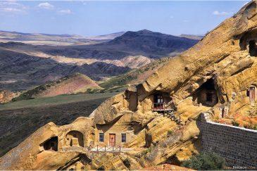 Кельи монастыря Давид-Гареджа в пустынной Грузии