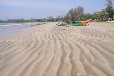 Лодки рыбаков на пляже деревни Велигама