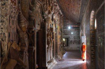 Маленький монах в монастыре Мириссы