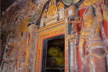 Одинокий Будда в темном храме Мириссы