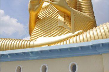 Огромная статуя Будды в городе Дамбулла