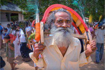 Паломник в священном храме Катарагама