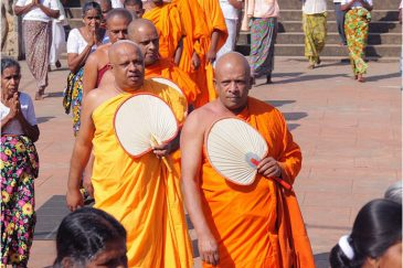 Процессия буддистских монахов на празднике в Анурадхапуре