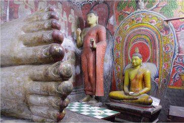 Стопы Будды в храме Дамбуллы
