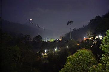 Священная гора Шри Пада (пик Адама) и светящийся путь паломников ночью