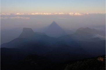 Священная треугольная тень от горы Шри Пада