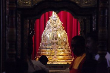 Золотой саркофаг с зубом Будды в Канди