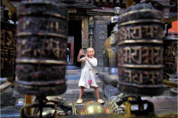 Маленький монах в Золотом храме в Патане