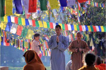 Монахи и паломники в Лумбини
