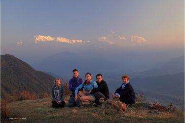 Наша команда на восходе в деревне Сарангкот