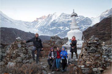 Буддистская ступа и Гималаи возле поселка Кянжин Гомпа