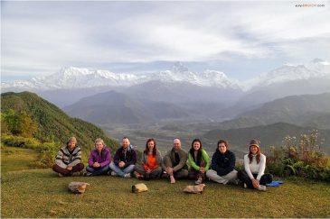 Наша группа на горе Сарангкот возле Покхары на фоне массива Аннапурна и горы Мачапучаре