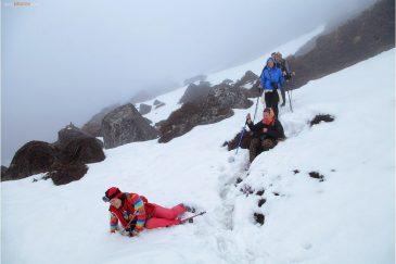 По колено в снегу через туман в Гималаях