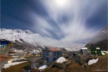 Поселок Кянжин Гомпа (3850 м.) в долине Лангтанг и ночные облака.