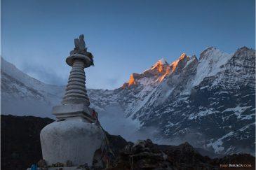 Закат в Гималаях. Ступа над поселком Кянжин Гомпа
