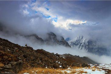 Гималаи затянуты облаками. Вид из базового лагеря Аннапурны