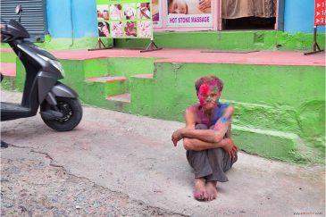 Непальский бомж на празднике Холи в Покхаре
