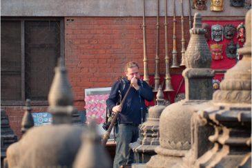 Попытки играть на тибетской трубе в Катманду (фото Д. Лопухова)