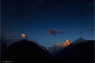 Последние лучи солнца освещают гималайские вершины