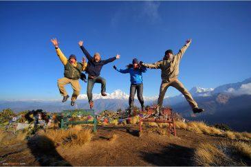 Прыжки на вершине Poon Hill