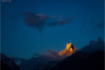 Священная гора Мачапучаре (Рыбий Хвост) на закате