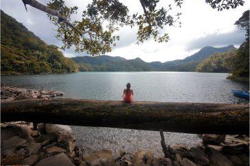 На берегу озера Балинсасаяо в кратере древнего вулкана на острове Негрос