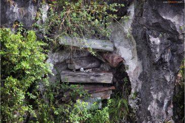 Старинные гробы в скалах возле поселка Сагада