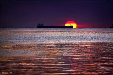 Закат над морем с набережной Манилы