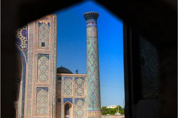 Самарканд. Окно медресе Шер Дор на площади Регистан.