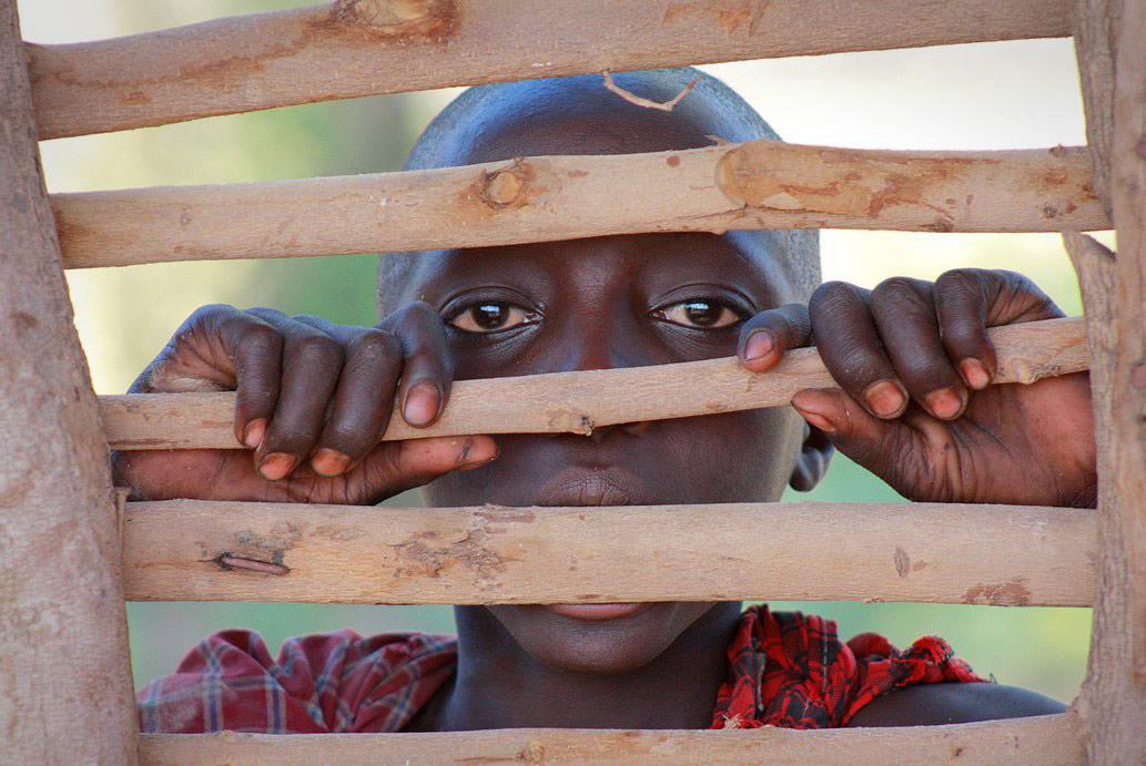 Любопытный мальчик из племени масаев